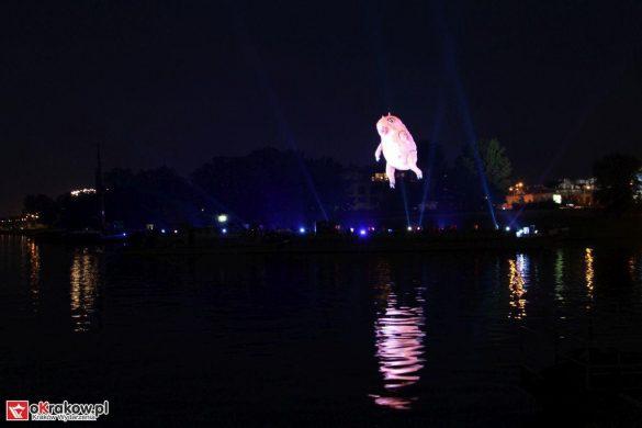 parada smokow pokaz na wisle krakow 2018 10 585x390 - Wielkie Plenerowe Widowisko na Wiśle - Smoki z Dziennika Marco Polo - galeria zdjęć