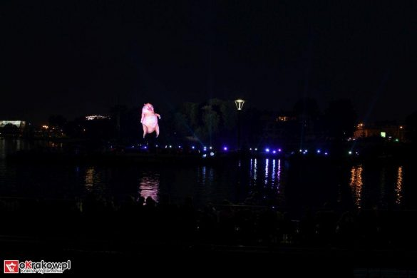 parada smokow pokaz na wisle krakow 2018 2 585x390 - Wielkie Plenerowe Widowisko na Wiśle - Smoki z Dziennika Marco Polo - galeria zdjęć