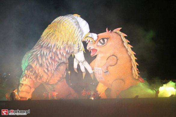 parada smokow pokaz na wisle krakow 2018 26 585x390 - Wielkie Plenerowe Widowisko na Wiśle - Smoki z Dziennika Marco Polo - galeria zdjęć