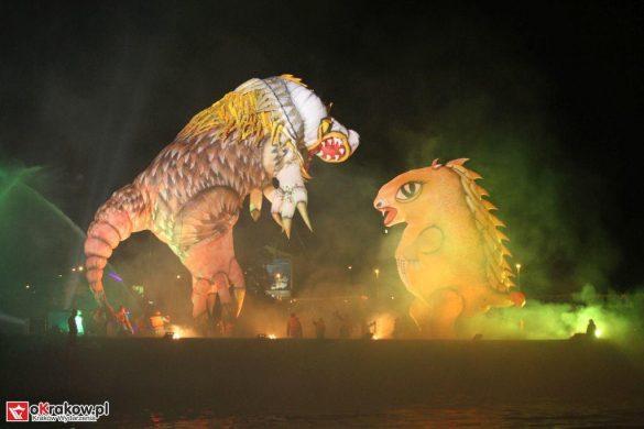 parada smokow pokaz na wisle krakow 2018 28 585x390 - Wielkie Plenerowe Widowisko na Wiśle - Smoki z Dziennika Marco Polo - galeria zdjęć