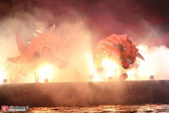 parada smokow pokaz na wisle krakow 2018 33 585x390 - Wielkie Plenerowe Widowisko na Wiśle - Smoki z Dziennika Marco Polo - galeria zdjęć
