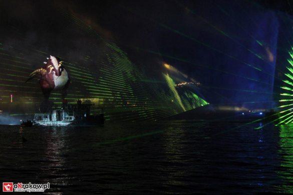 parada smokow pokaz na wisle krakow 2018 34 585x390 - Wielkie Plenerowe Widowisko na Wiśle - Smoki z Dziennika Marco Polo - galeria zdjęć