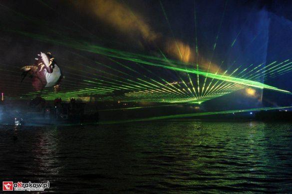 parada smokow pokaz na wisle krakow 2018 35 585x390 - Wielkie Plenerowe Widowisko na Wiśle - Smoki z Dziennika Marco Polo - galeria zdjęć