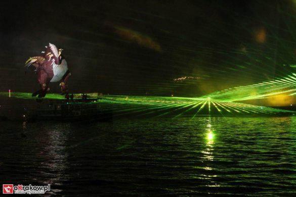 parada smokow pokaz na wisle krakow 2018 36 585x390 - Wielkie Plenerowe Widowisko na Wiśle - Smoki z Dziennika Marco Polo - galeria zdjęć