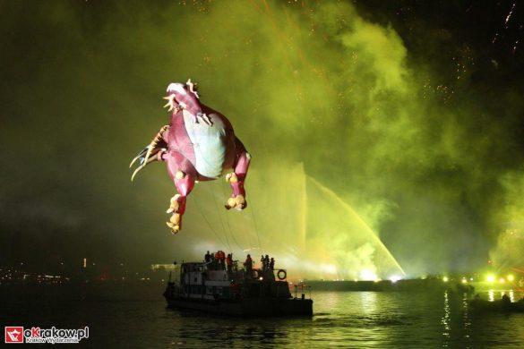 parada smokow pokaz na wisle krakow 2018 48 585x390 - Wielkie Plenerowe Widowisko na Wiśle - Smoki z Dziennika Marco Polo - galeria zdjęć