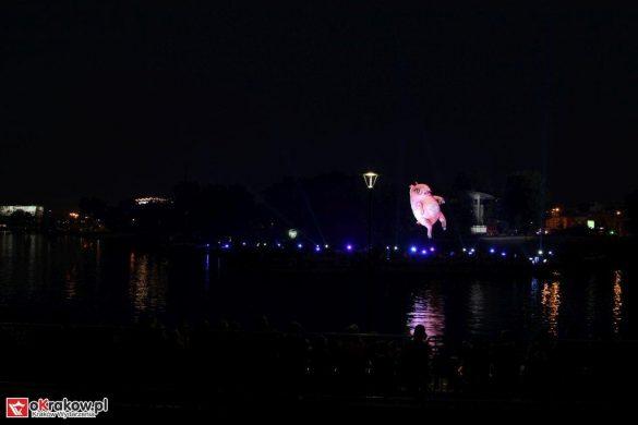 parada smokow pokaz na wisle krakow 2018 5 585x390 - Wielkie Plenerowe Widowisko na Wiśle - Smoki z Dziennika Marco Polo - galeria zdjęć