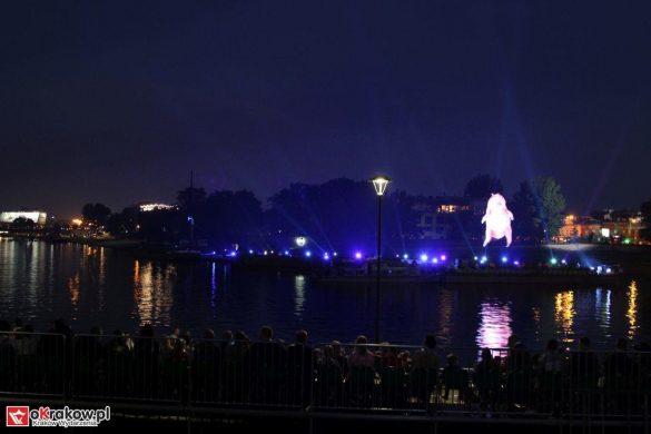 parada smokow pokaz na wisle krakow 2018 6 585x390 - Wielkie Plenerowe Widowisko na Wiśle - Smoki z Dziennika Marco Polo - galeria zdjęć