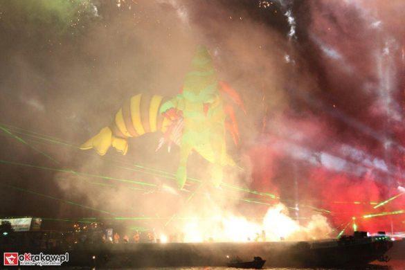 parada smokow pokaz na wisle krakow 2018 61 585x390 - Wielkie Plenerowe Widowisko na Wiśle - Smoki z Dziennika Marco Polo - galeria zdjęć