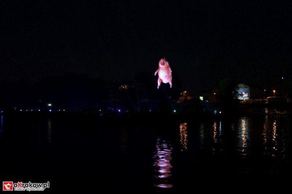 parada smokow pokaz na wisle krakow 2018 7 585x390 - Wielkie Plenerowe Widowisko na Wiśle - Smoki z Dziennika Marco Polo - galeria zdjęć