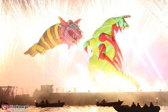 parada smokow pokaz na wisle krakow 2018 82 585x390 - Wielkie Plenerowe Widowisko na Wiśle - Smoki z Dziennika Marco Polo - galeria zdjęć