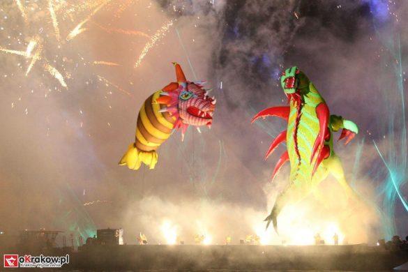 parada smokow pokaz na wisle krakow 2018 89 585x390 - Wielkie Plenerowe Widowisko na Wiśle - Smoki z Dziennika Marco Polo - galeria zdjęć