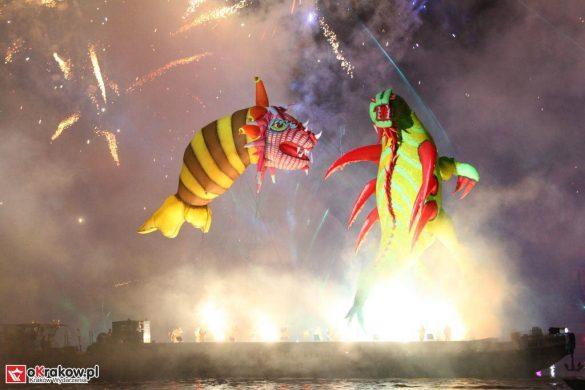 parada smokow pokaz na wisle krakow 2018 90 585x390 - Wielkie Plenerowe Widowisko na Wiśle - Smoki z Dziennika Marco Polo - galeria zdjęć