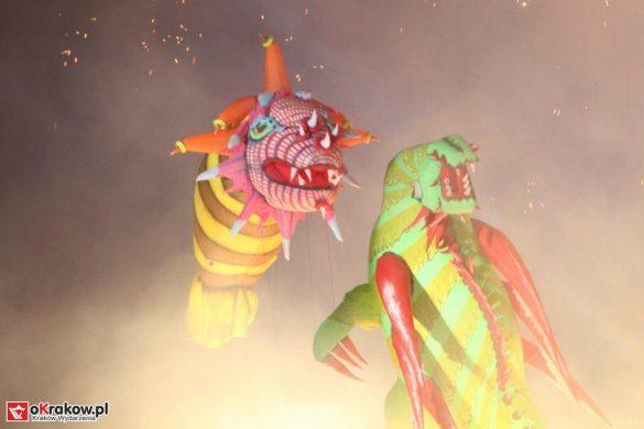 parada smokow pokaz na wisle krakow 2018 93 585x390 - Wielkie Plenerowe Widowisko na Wiśle - Smoki z Dziennika Marco Polo - galeria zdjęć