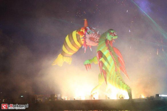 parada smokow pokaz na wisle krakow 2018 94 585x390 - Wielkie Plenerowe Widowisko na Wiśle - Smoki z Dziennika Marco Polo - galeria zdjęć