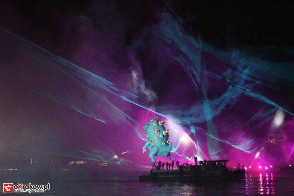 parada smokow pokaz na wisle krakow 2018 99 585x390 - Wielkie Plenerowe Widowisko na Wiśle - Smoki z Dziennika Marco Polo - galeria zdjęć