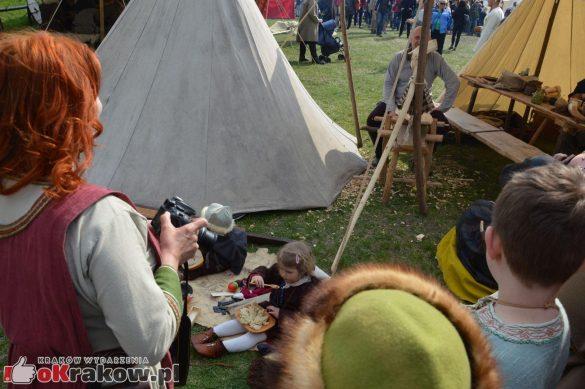 krakow podgorze rekawka kopiec krakusa 2019 1041 585x389 - Obszerna galeria zdjęć z Tradycyjnego Święta Rękawki na Kopcu Krakusa