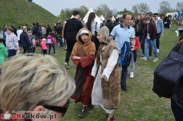 krakow podgorze rekawka kopiec krakusa 2019 1063 585x389 - Obszerna galeria zdjęć z Tradycyjnego Święta Rękawki na Kopcu Krakusa