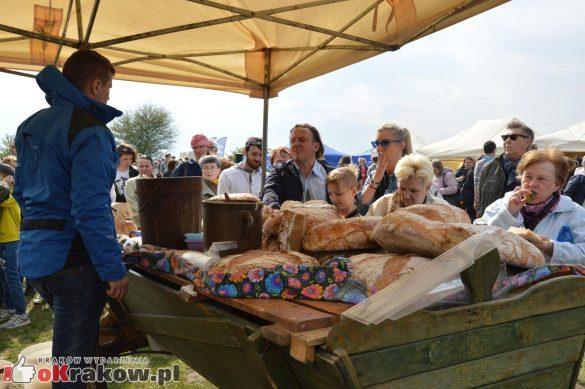 krakow podgorze rekawka kopiec krakusa 2019 1107 585x389 - Obszerna galeria zdjęć z Tradycyjnego Święta Rękawki na Kopcu Krakusa