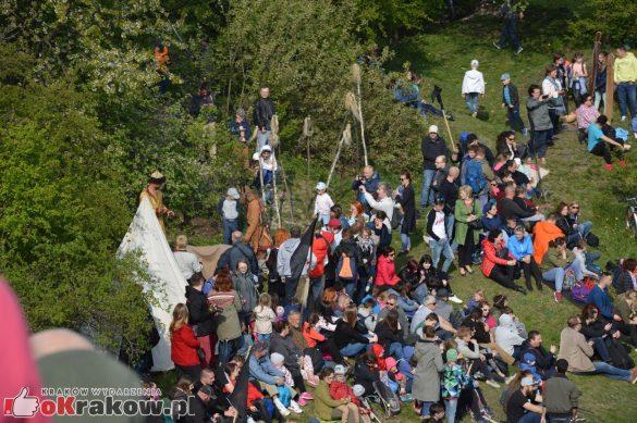krakow podgorze rekawka kopiec krakusa 2019 1152 585x389 - Obszerna galeria zdjęć z Tradycyjnego Święta Rękawki na Kopcu Krakusa