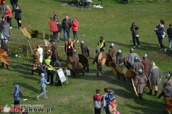 krakow podgorze rekawka kopiec krakusa 2019 1167 585x389 - Obszerna galeria zdjęć z Tradycyjnego Święta Rękawki na Kopcu Krakusa