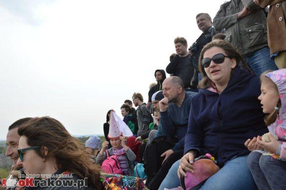 krakow podgorze rekawka kopiec krakusa 2019 1174 585x389 - Obszerna galeria zdjęć z Tradycyjnego Święta Rękawki na Kopcu Krakusa