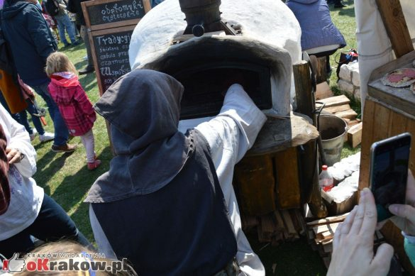 krakow podgorze rekawka kopiec krakusa 2019 122 585x389 - Obszerna galeria zdjęć z Tradycyjnego Święta Rękawki na Kopcu Krakusa