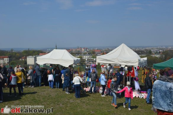 krakow podgorze rekawka kopiec krakusa 2019 129 585x389 - Obszerna galeria zdjęć z Tradycyjnego Święta Rękawki na Kopcu Krakusa