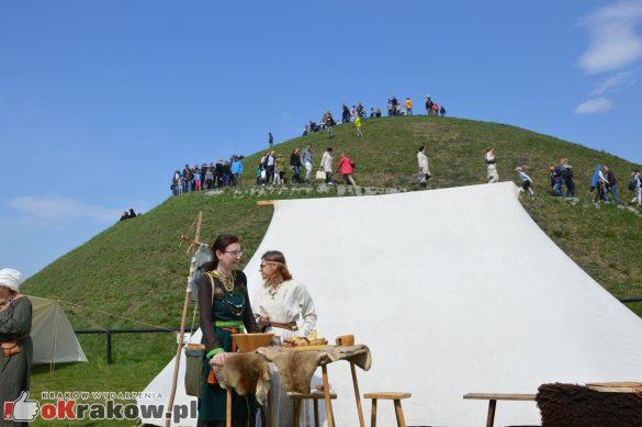 krakow podgorze rekawka kopiec krakusa 2019 496 585x389 - Obszerna galeria zdjęć z Tradycyjnego Święta Rękawki na Kopcu Krakusa