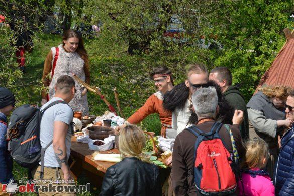 krakow podgorze rekawka kopiec krakusa 2019 584 585x389 - Obszerna galeria zdjęć z Tradycyjnego Święta Rękawki na Kopcu Krakusa