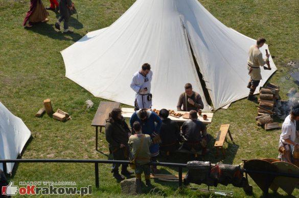 krakow podgorze rekawka kopiec krakusa 2019 61 585x389 - Obszerna galeria zdjęć z Tradycyjnego Święta Rękawki na Kopcu Krakusa