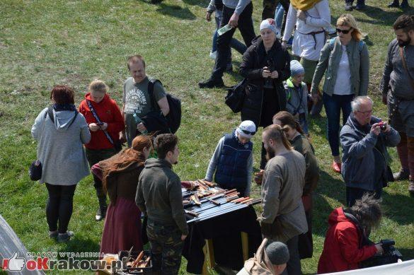 krakow podgorze rekawka kopiec krakusa 2019 69 585x389 - Obszerna galeria zdjęć z Tradycyjnego Święta Rękawki na Kopcu Krakusa