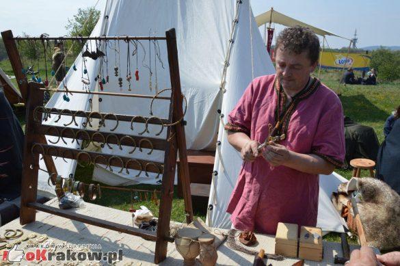 krakow podgorze rekawka kopiec krakusa 2019 690 585x389 - Obszerna galeria zdjęć z Tradycyjnego Święta Rękawki na Kopcu Krakusa
