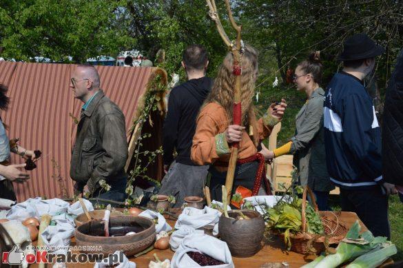 krakow podgorze rekawka kopiec krakusa 2019 721 585x389 - Obszerna galeria zdjęć z Tradycyjnego Święta Rękawki na Kopcu Krakusa