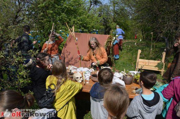 krakow podgorze rekawka kopiec krakusa 2019 725 585x389 - Obszerna galeria zdjęć z Tradycyjnego Święta Rękawki na Kopcu Krakusa