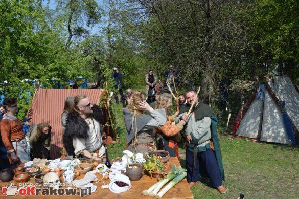 krakow podgorze rekawka kopiec krakusa 2019 754 585x389 - Obszerna galeria zdjęć z Tradycyjnego Święta Rękawki na Kopcu Krakusa