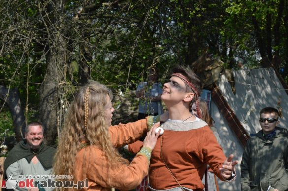 krakow podgorze rekawka kopiec krakusa 2019 758 585x389 - Obszerna galeria zdjęć z Tradycyjnego Święta Rękawki na Kopcu Krakusa