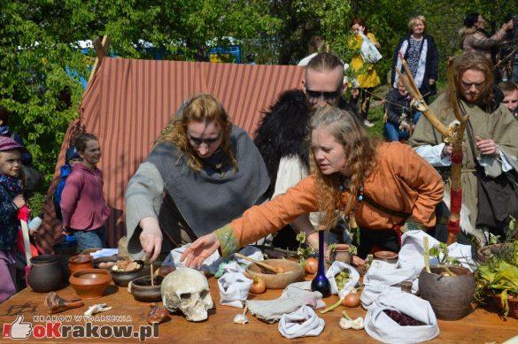 krakow podgorze rekawka kopiec krakusa 2019 760 585x389 - Obszerna galeria zdjęć z Tradycyjnego Święta Rękawki na Kopcu Krakusa