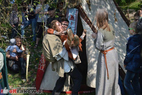 krakow podgorze rekawka kopiec krakusa 2019 770 585x389 - Obszerna galeria zdjęć z Tradycyjnego Święta Rękawki na Kopcu Krakusa