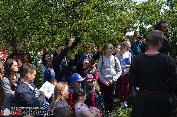 krakow podgorze rekawka kopiec krakusa 2019 788 585x389 - Obszerna galeria zdjęć z Tradycyjnego Święta Rękawki na Kopcu Krakusa