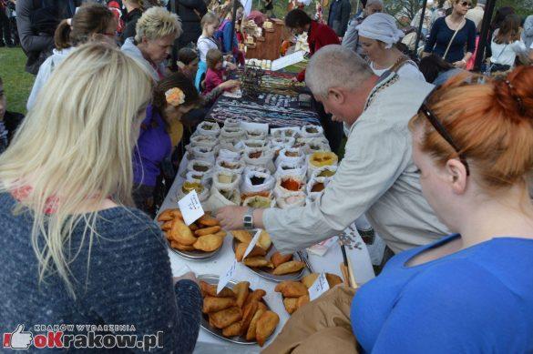 krakow podgorze rekawka kopiec krakusa 2019 793 585x389 - Obszerna galeria zdjęć z Tradycyjnego Święta Rękawki na Kopcu Krakusa