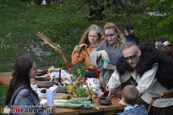 krakow podgorze rekawka kopiec krakusa 2019 831 585x389 - Obszerna galeria zdjęć z Tradycyjnego Święta Rękawki na Kopcu Krakusa