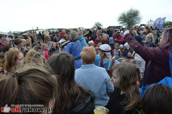 krakow podgorze rekawka kopiec krakusa 2019 880 585x389 - Obszerna galeria zdjęć z Tradycyjnego Święta Rękawki na Kopcu Krakusa