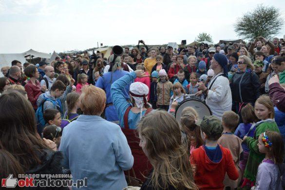 krakow podgorze rekawka kopiec krakusa 2019 882 585x389 - Obszerna galeria zdjęć z Tradycyjnego Święta Rękawki na Kopcu Krakusa