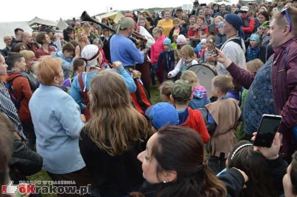 krakow podgorze rekawka kopiec krakusa 2019 887 585x389 - Obszerna galeria zdjęć z Tradycyjnego Święta Rękawki na Kopcu Krakusa