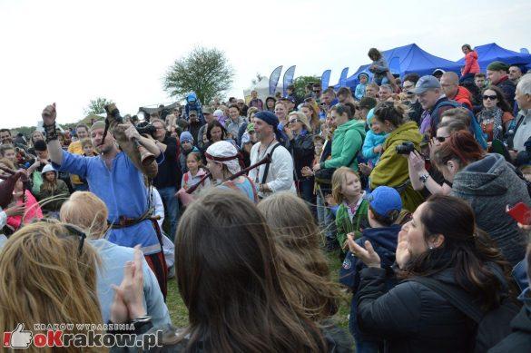 krakow podgorze rekawka kopiec krakusa 2019 894 585x389 - Obszerna galeria zdjęć z Tradycyjnego Święta Rękawki na Kopcu Krakusa