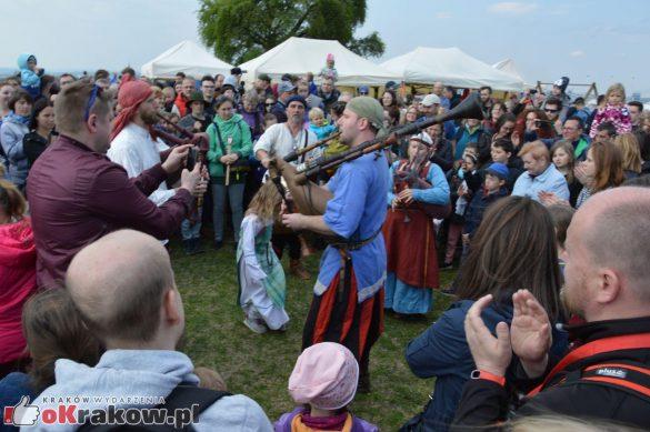 krakow podgorze rekawka kopiec krakusa 2019 910 585x389 - Obszerna galeria zdjęć z Tradycyjnego Święta Rękawki na Kopcu Krakusa