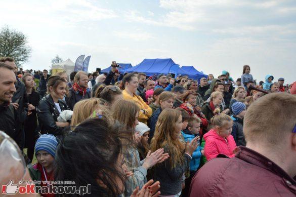 krakow podgorze rekawka kopiec krakusa 2019 926 585x389 - Obszerna galeria zdjęć z Tradycyjnego Święta Rękawki na Kopcu Krakusa