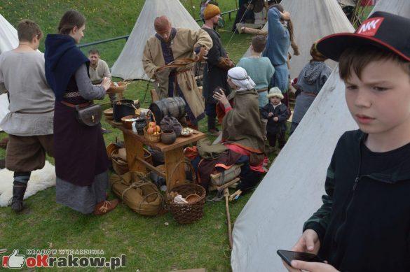 krakow podgorze rekawka kopiec krakusa 2019 936 585x389 - Obszerna galeria zdjęć z Tradycyjnego Święta Rękawki na Kopcu Krakusa