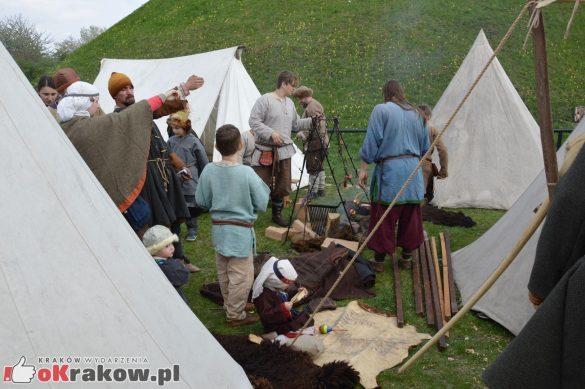 krakow podgorze rekawka kopiec krakusa 2019 938 585x389 - Obszerna galeria zdjęć z Tradycyjnego Święta Rękawki na Kopcu Krakusa