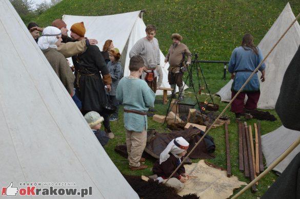 krakow podgorze rekawka kopiec krakusa 2019 939 585x389 - Obszerna galeria zdjęć z Tradycyjnego Święta Rękawki na Kopcu Krakusa